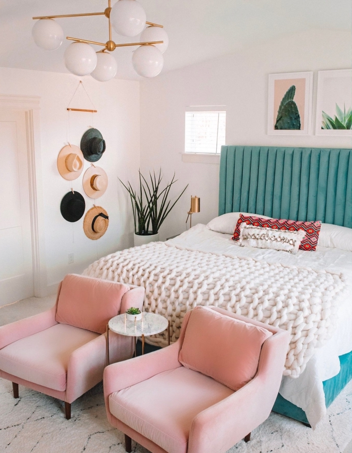 tendances design intérieur modernes, idée de deco chambre moderne avec meubles et objets colorés en rose et vert