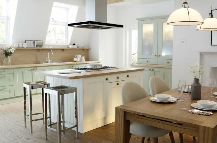 meubles de cuisine vert d'eau avec poignées dorées, aménagement cuisine sous pente en couleur blanc et bois avec accents verts