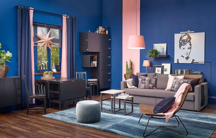 salon bleu et rose avec canapé gris, meubles gris anthracite, tables gigones, fauteuol confortable, peinture tendance 2020