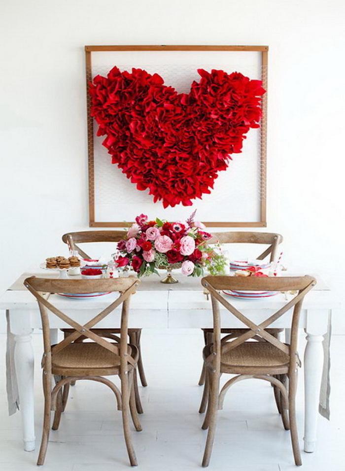 Chaises vintages en bois, table décoré pour un diner pour deux couples, fleuri coeur st valentin, comment décorer pour la fête de saint valentin
