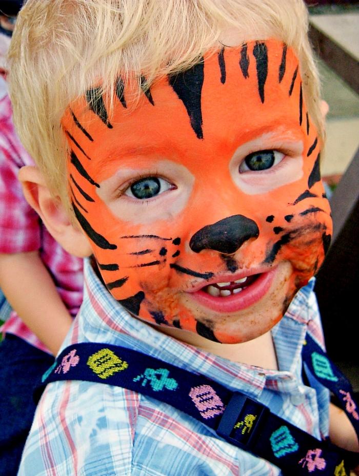 comment maquiller un garçon pour fête déguisée, exemple de maquillage halloween facile pour enfant à design lion