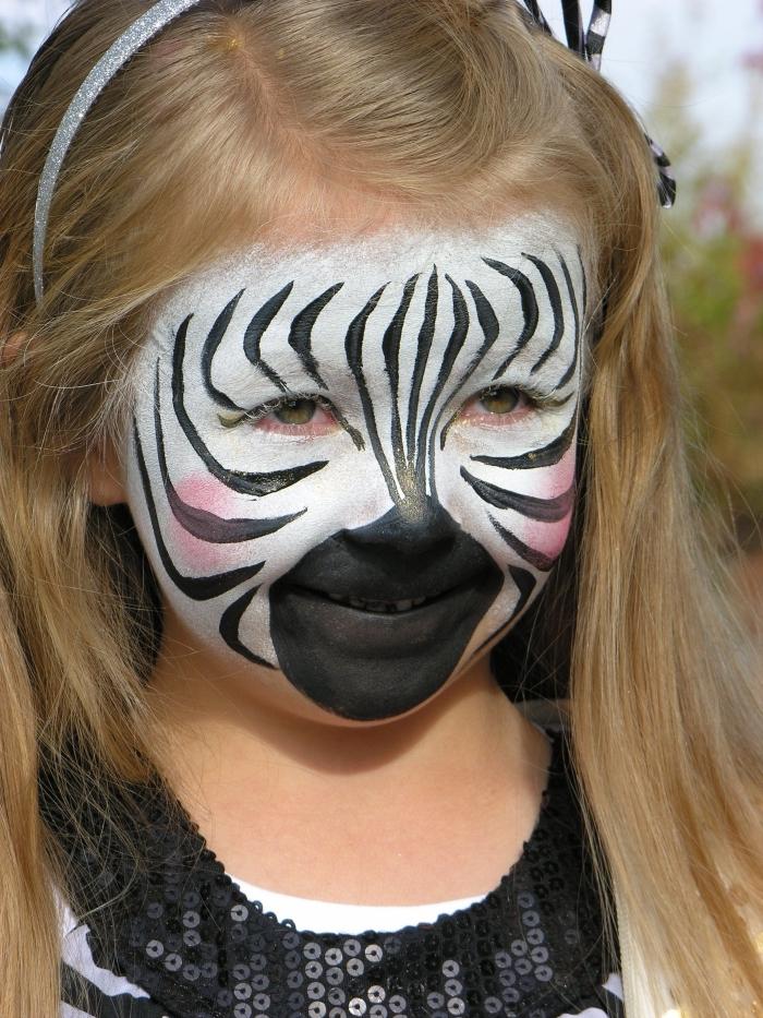 comment faire soi-même un masque deguisement pour enfant avec peinture facile blanc et noir à design zèbre