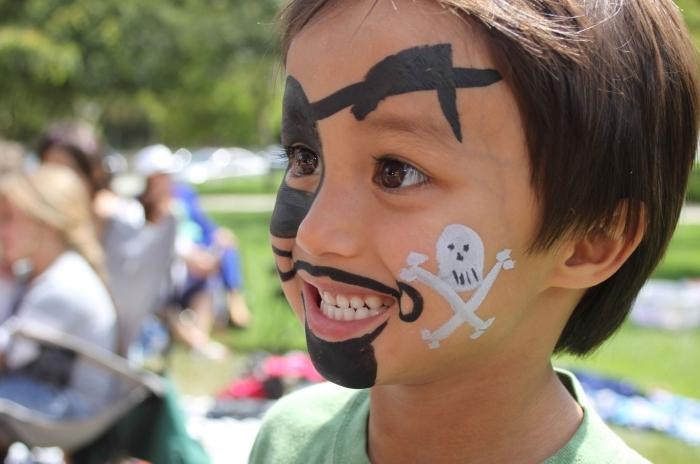 idée comment maquiller un garçon pour une fête déguisée, maquillage halloween facile pour enfant à design pirate