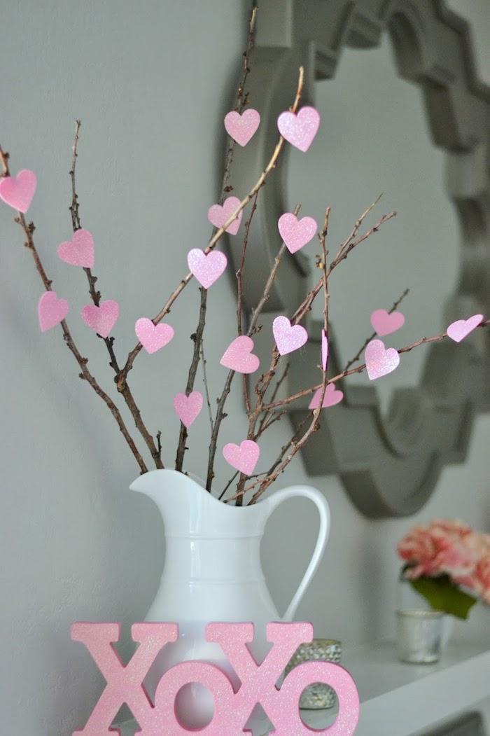 Vase blanche en céramique, branches avec coeurs en papier deco amour, jolie décoration saint valentin cool idée pour la fete