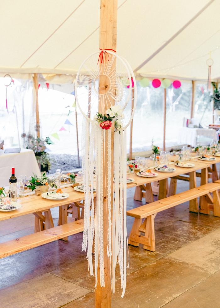 tente de mariage blanche avec table et bancs de bois et decoration d attrape reve, deco mariage boheme chic