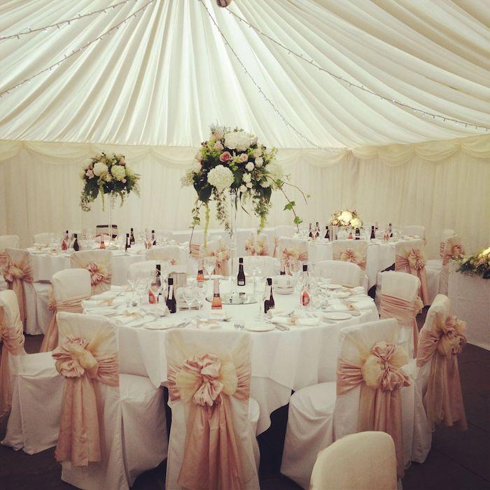 deco chaise mariage avec toile blanche et ruban tissu rose, plafond drapé et boules végétales suspendues