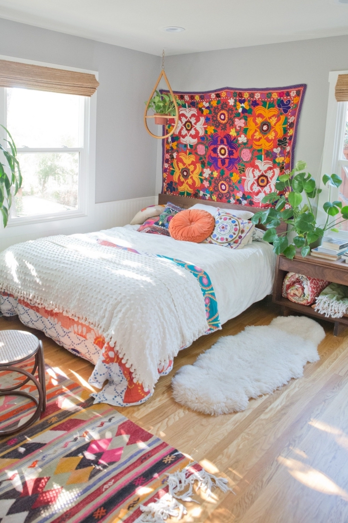 idée déco chambre éclectique aux murs blancs et parquet bois avec objets colorés et accessoires ethniques