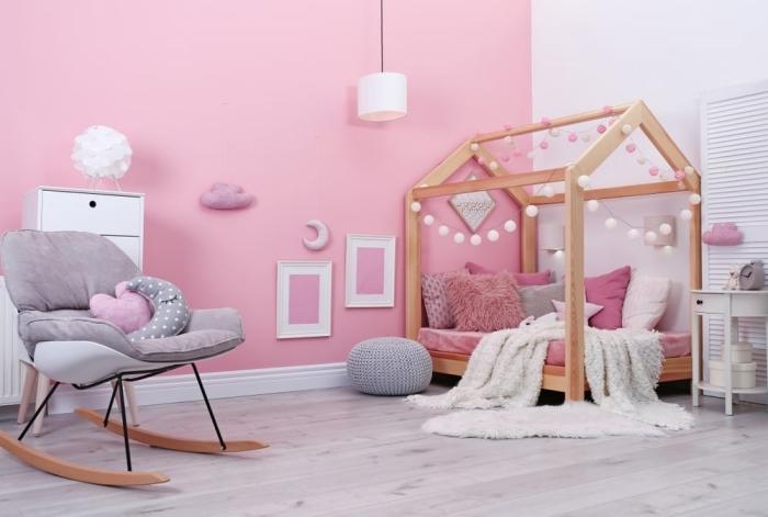 quelle couleur pour les murs dans une pièce d'enfant, idée de deco chambre bebe en rose et blanc avec accents gris