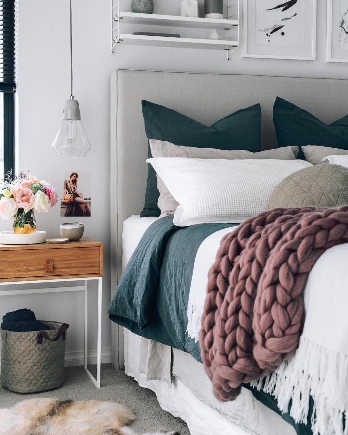 tendance design intérieur moderne, idée de deco chambre a coucher blanche avec accents en vert foncé et gris