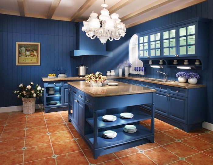 deco cuisine sous sol de couleur bleu nuit, couleur tendance 2020 peinture, carrelage sol terre cuite marron, vaisselle blanche, accents violets