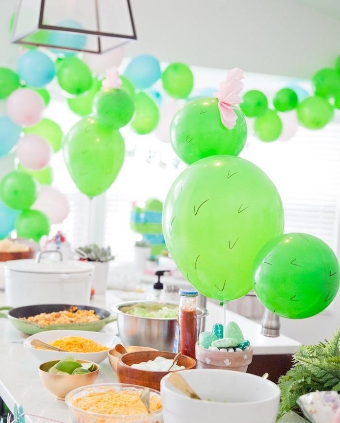 idee comment faire taco bar d anniversaire, thème de soirée mexique, plusieurs ballons verts, bleus et rose, ingredients pour faire tacos maison
