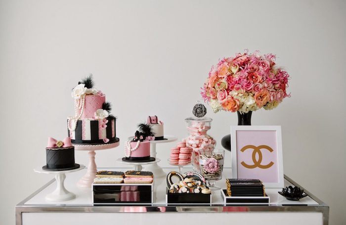 soirée anniversaire sur theme channel avec gateaux en noir et rose, bouquet de fleurs rose et blanc, patisserie rose et noir