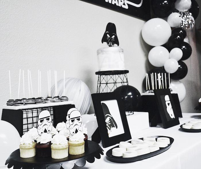 theme nouvel an ou anniversaire original, decoration motif star wars avec des cake pops, ballons et petits gateaux noir et blanc