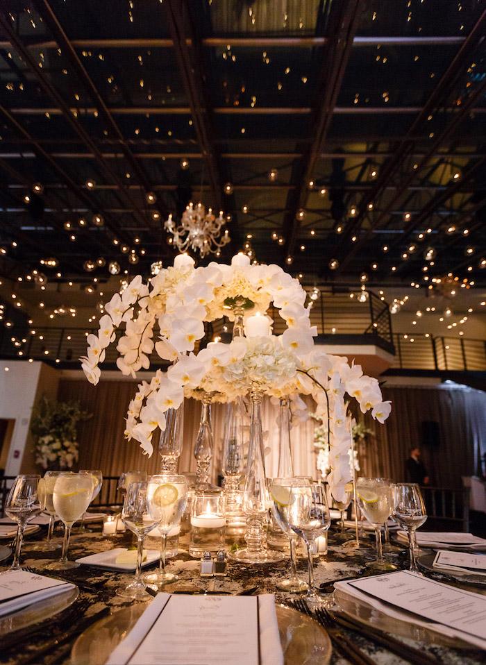 suspension composition florale d orchidées blanches de mariage, guirlande lumineuse deco plafond, accents dorés pour la écoration de table mariage