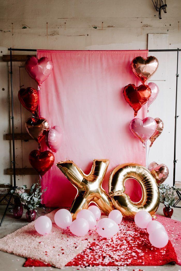 Installer un photo booth, la meilleure idee deco soiree romantique, deco ballons roses coeur et x et o pour st valentin