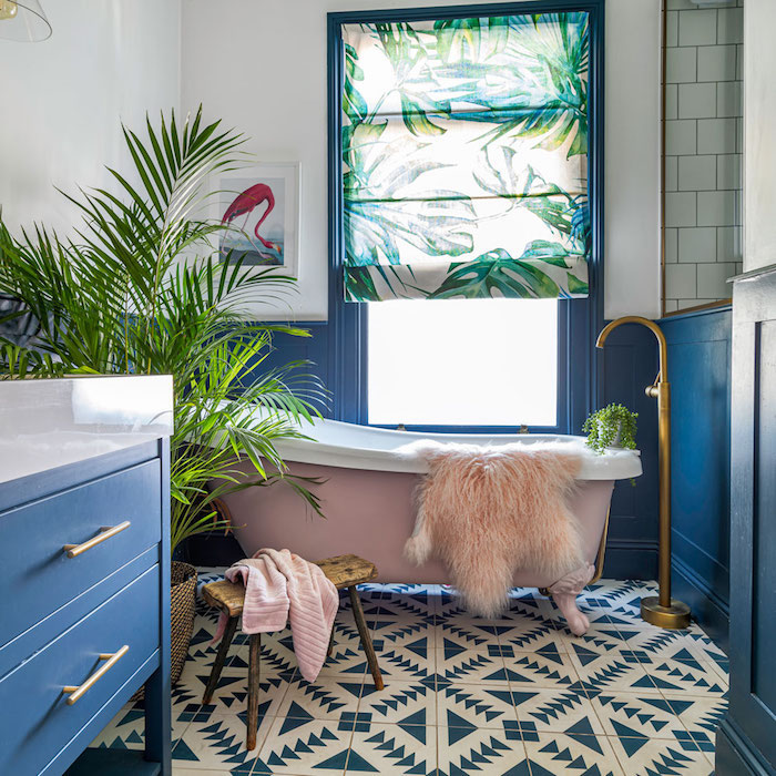 mur bleu et blanc dans salle de bain aux meuble sdb bleus et baignoire rose, salle de bain plantes vertes, deco cocooning