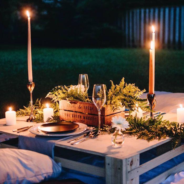 Diner romantique avec bougies, extérieur set sur table basse en palettes, décoration de saint valentin, préparer une surprise pour ma copine