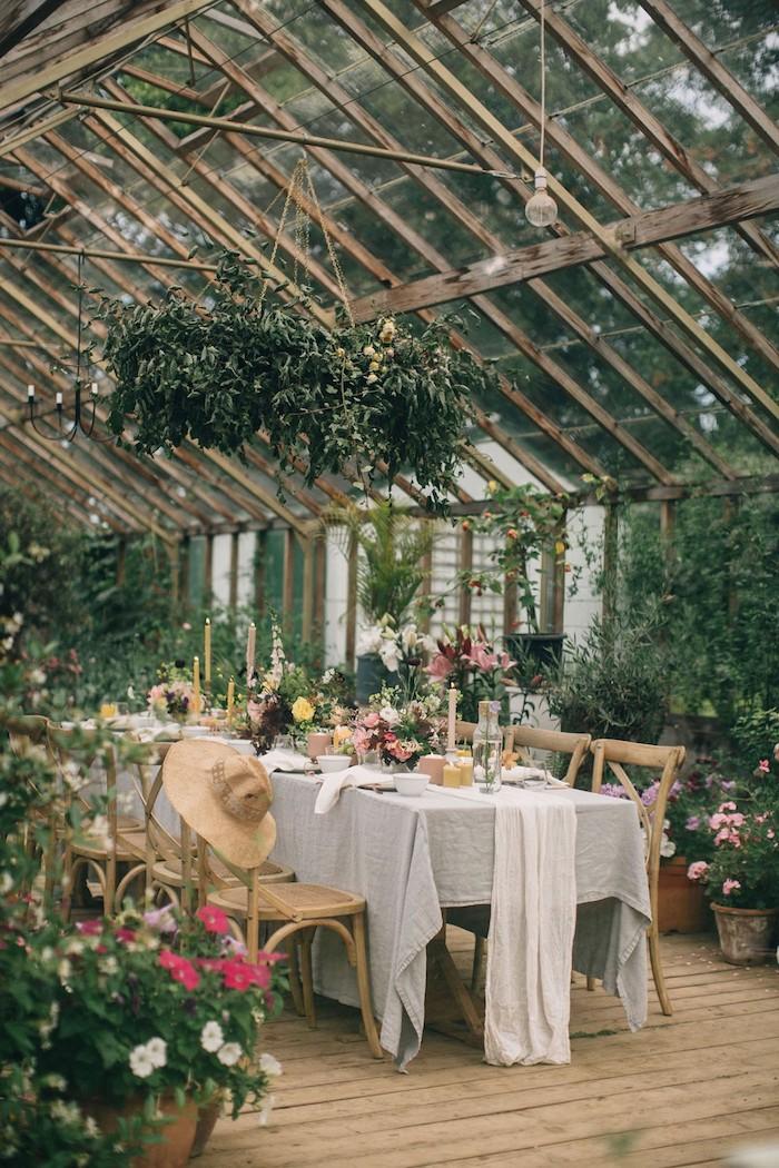 idée thème mariage garden party dans victorienne végétalisée, deco table champetre en plusieurs fleurs des champs