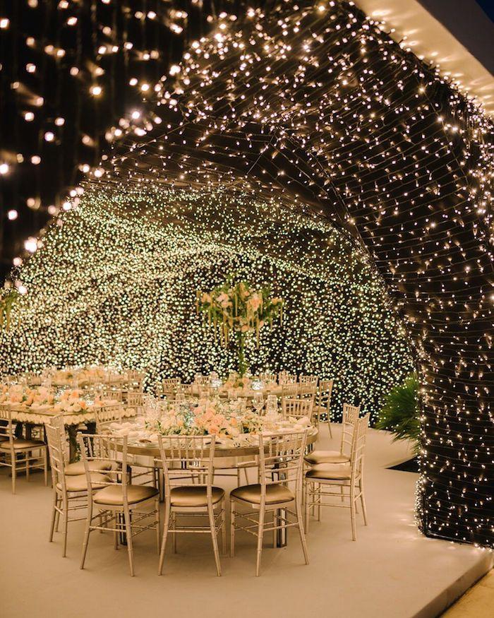 exemple décoration plafond mariage en mousse végétale et guirlandes lumineuses, pluioeurs lumieres au dessus de tables en blanc et or mariage chic