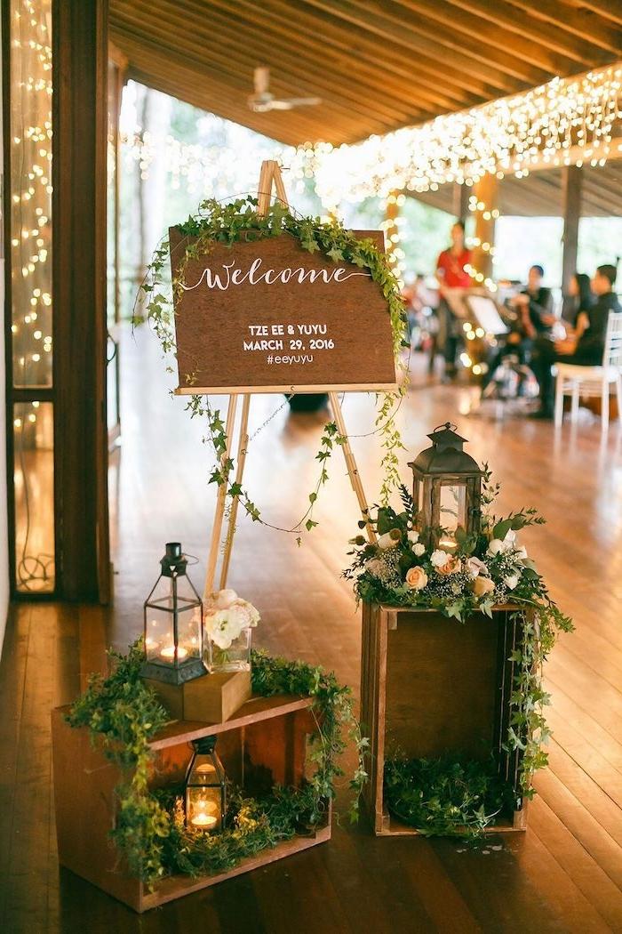 tableau bienvenues mariage deco cagettes mariage fleuries et lanternes decoratives, idee deco mariage vintage