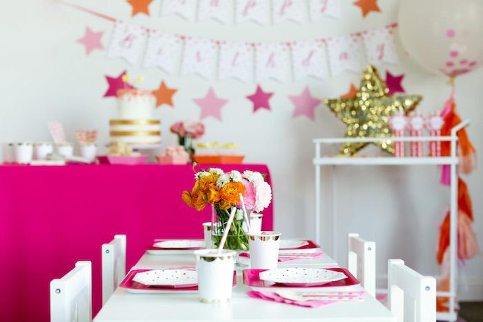 decoration salle anniversaire fuchsia et blanc, centre de table anniversaire floral, deco etoiles rose, accents dorés