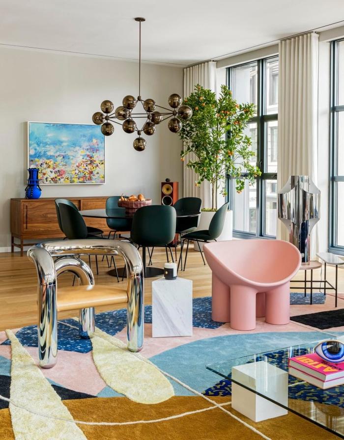deco appartement moderne avec un mix de couleurs et de styles, design pièce blanche au sol bois avec accents colorés