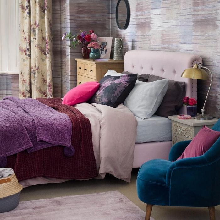 idée de deco chambre adulte aux murs multicolore aménagée avec meubles en tissu colorés et accents en bois