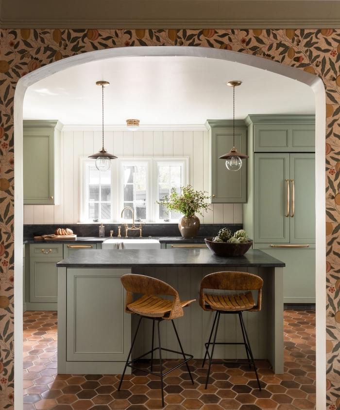déco de cuisine traditionnelle avec accents de couleur moderne, modèle cuisine blanche avec meubles vert de gris