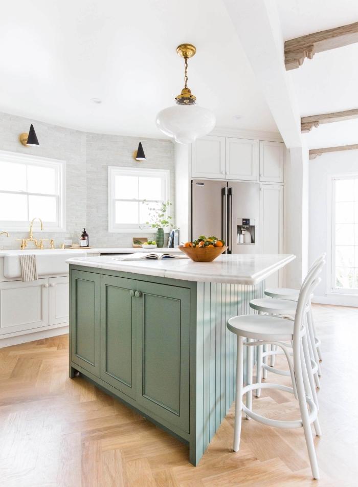 aménagement de cuisine avec îlot en vert pastel et blanc, déco cuisine aux murs gris clair avec parquet bois