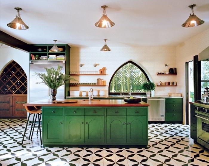 agencement cuisine spacieuse en longueur avec îlot central, idée déco de cuisine blanche avec meubles en vert et bois