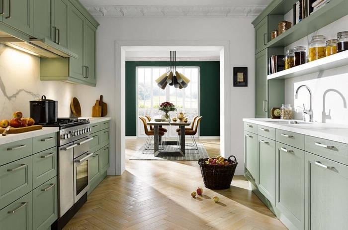 exemple comment aménager une cuisine en parallèle de style moderne, déco cuisine blanche avec meubles verts