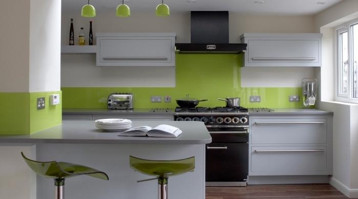 comment aménager une cuisine moderne en longueur avec îlot bar, idée de couleur complémentaire du vert