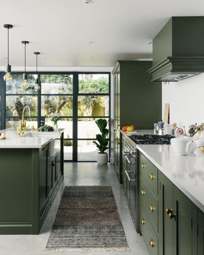 idée de couleur complémentaire du vert pour aménager une cuisine moderne aux murs blancs avec armoires vertes
