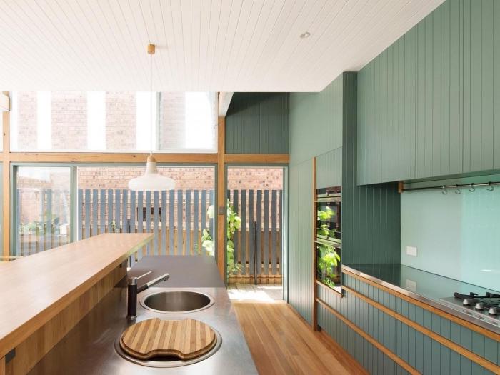idée de cuisine vert d'eau et bois à design ouvert, exemple comment aménager une cuisine moderne avec meubles colorés