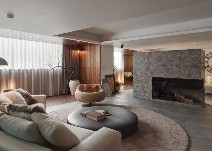 comment décorer un salon contemporain en couleurs neutres avec accents cocooning, idée revêtement mural en panneaux bois