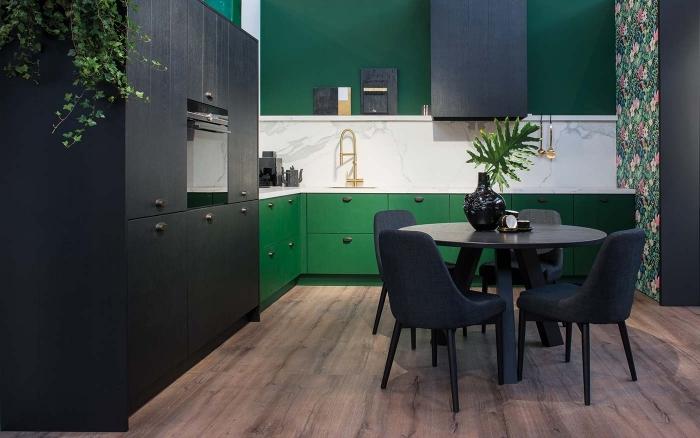 idée peinture cuisine moderne aux murs vert foncé avec pan de mur en papier peint aux motifs tropicaux au parquet bois