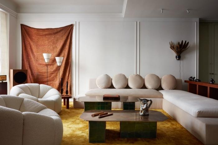 decoration interieur maison moderne dans un salon aux murs blancs aménagé avec meubles en velours beige