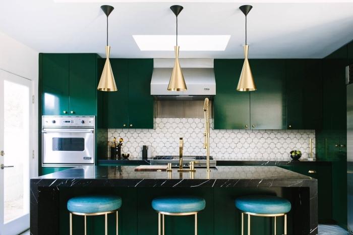 comment décorer une cuisine moderne en blanc et vert avec accents dorés, modèles de meubles de cuisine en vert