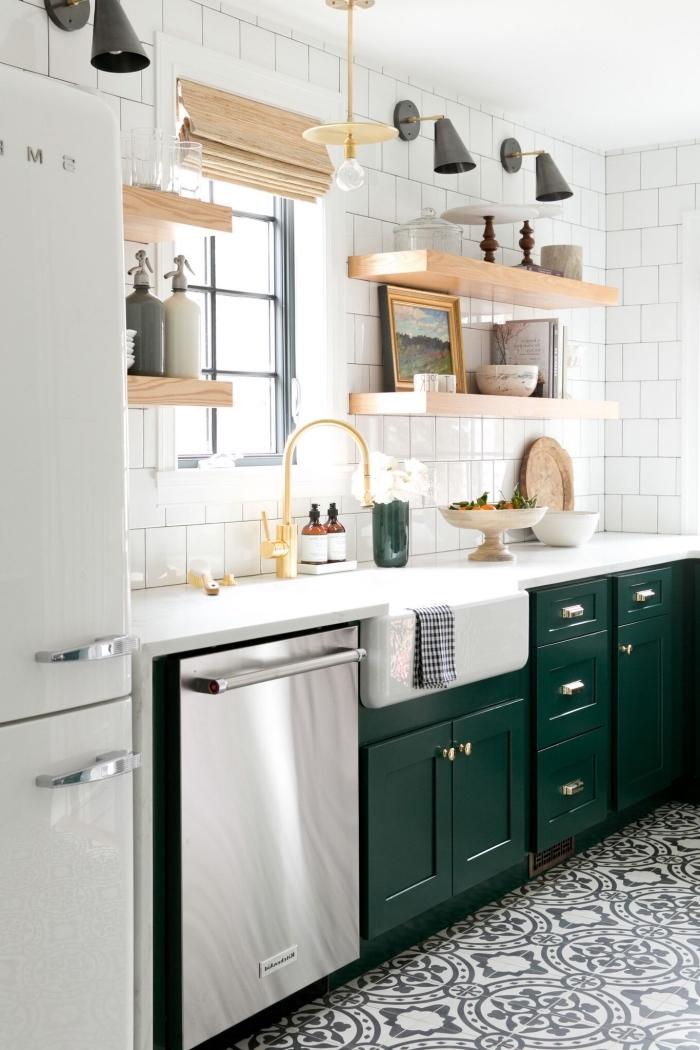 quelle couleur pour une cuisine, décoration de cuisine traditionnelle en blanc et bois avec meubles en vert foncé