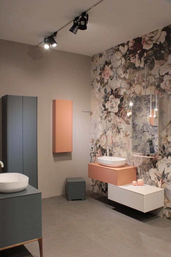 comment aménager une salle de bain moderne aux murs neutre avec pan de mur à design floral et accents colorés
