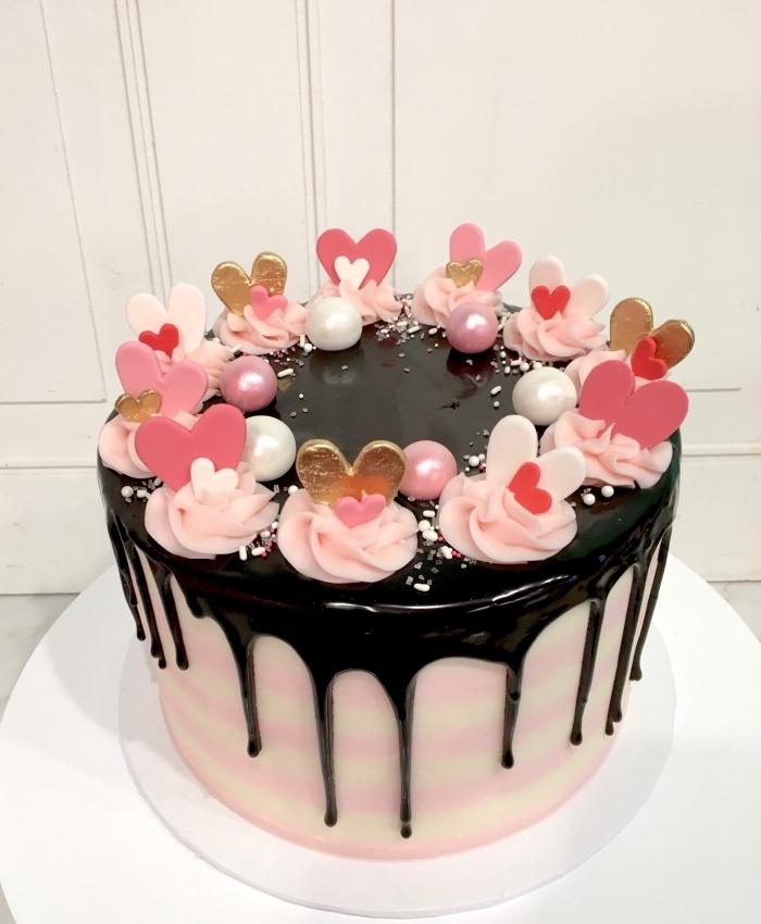exemple comment décorer un gâteau romantique pour la fête de la Saint Valentin avec fleurs en crème et coeurs comestibles