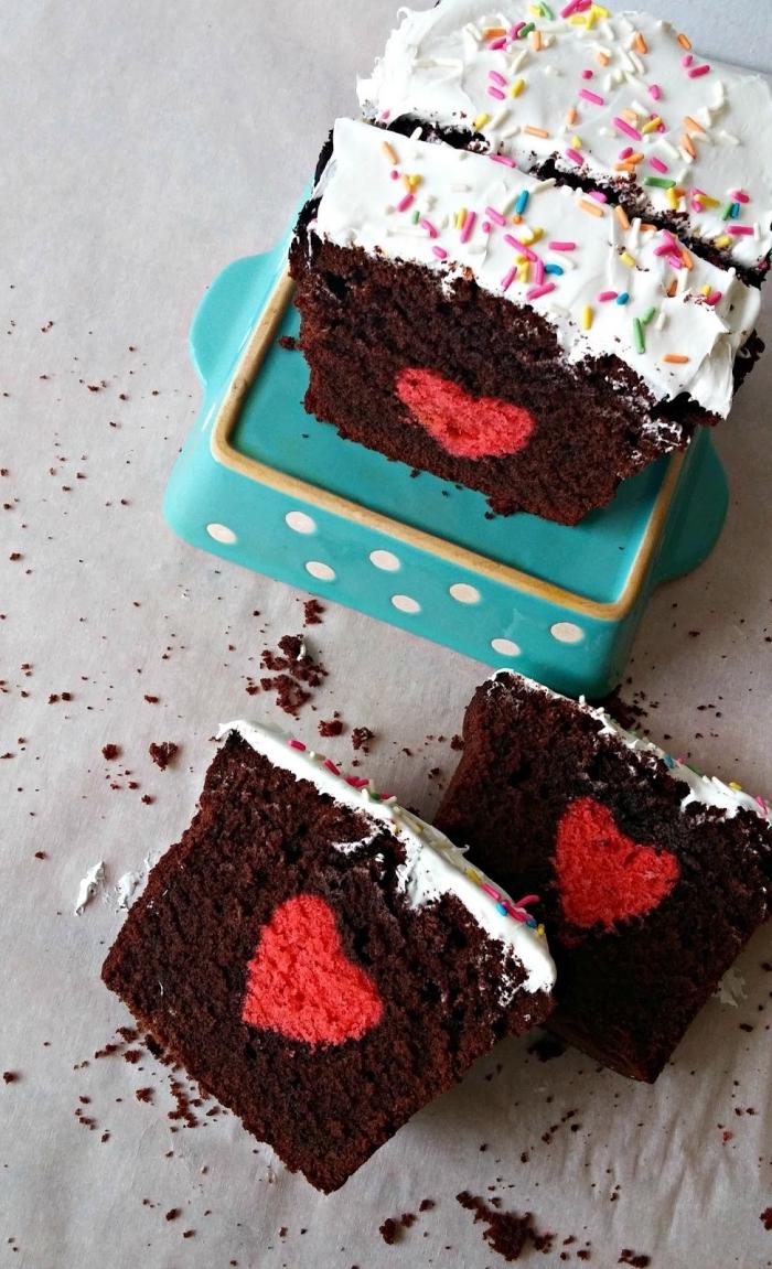 recette facile pour un repas romantique, exemple de cake maison au chocolat noir et crème fraîche avec coeur au centre