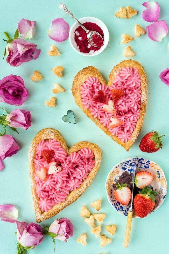 quel dessert facile pour un repas amoureux, coeurs en pâte sucrée décorés façon bouquet de roses avec fraises