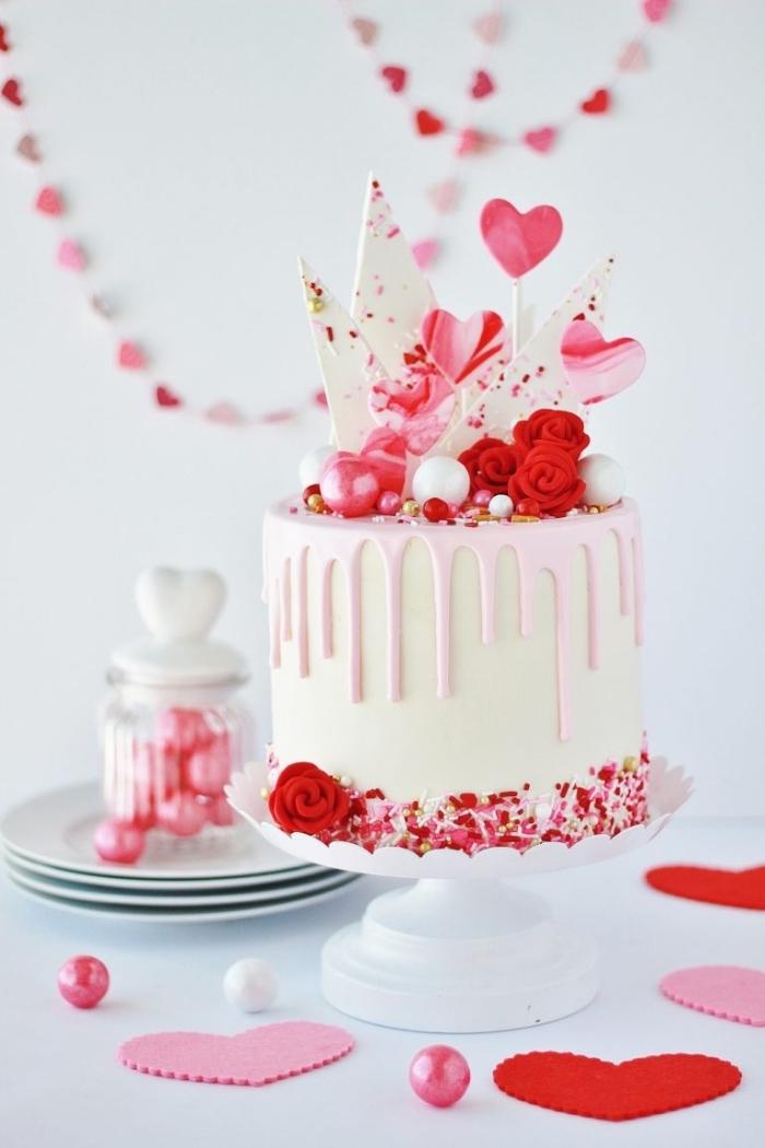 exemple comment décorer un gateau st valentin au fondant blanc avec morceaux de chocolat blanc et perles comestibles