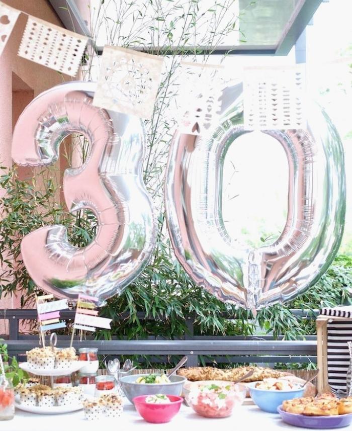 party d'anniversaire dans le jardin avec une déco simple et ballon 30 ans, célébrer son anniversaire à la maison
