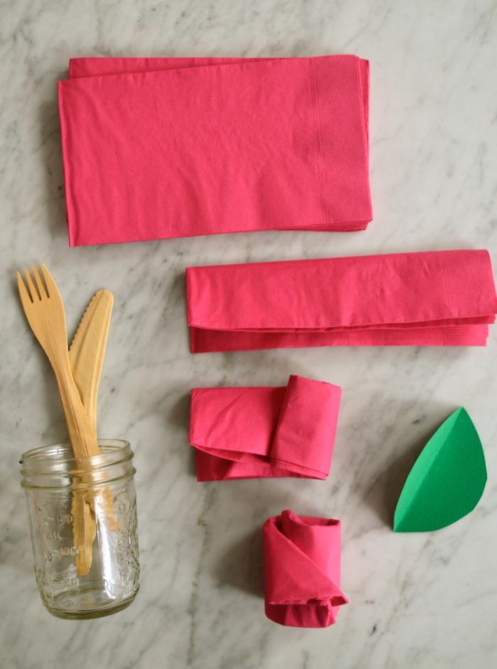 technique de pliage serviette fleur facile, exemple comment plier une serviette pour faire une jolie rose avec feuille en papier