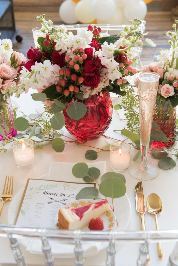 Décoration de table, vase rouge pleine de fleurs de printemps, coeur saint valentin, idée saint valentin déco originale