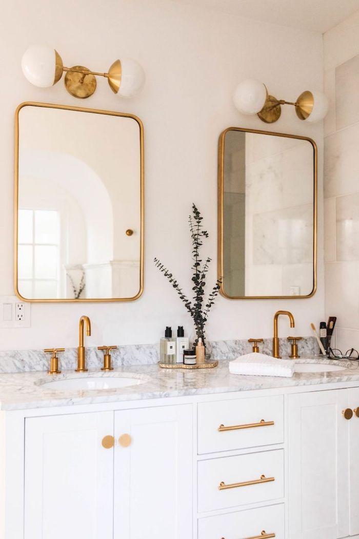 Double lavabo avec deux miroirs, robinet doré, salle de bain de luxe, idée salle de bain marbre blanc