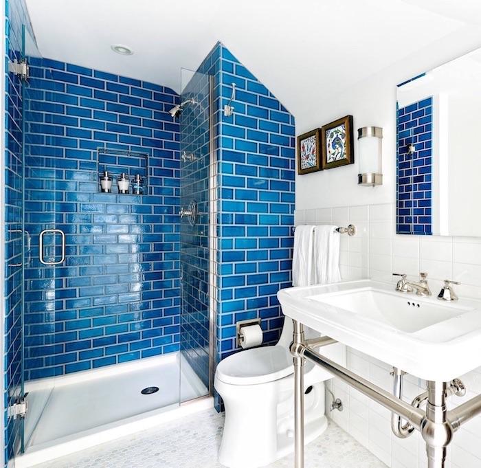 salle de bain carrelage bleu, couleur de l année 2020 pantone dans une salle de bain blanche avec lavabo console et cabine de douche