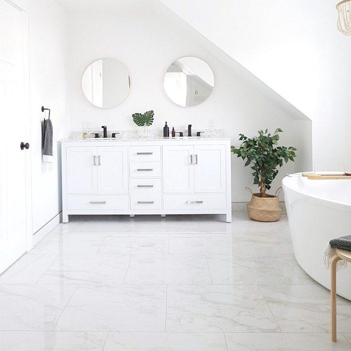 Meuble lavabo double, deux miroirs rondes, salle de bain en marbre, intérieur salle de bain marbre blanc